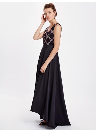 LC Waikiki Nakışlı Uzun V Yaka Elbise Siyah